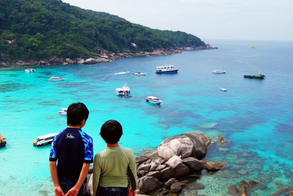 ドナルドダックロックの頂上からシミラン 諸島の海を眺める子供たち