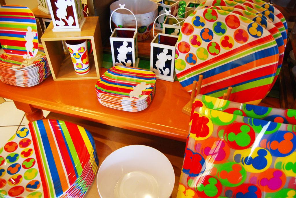 カラフルな食器が並ぶテーブル