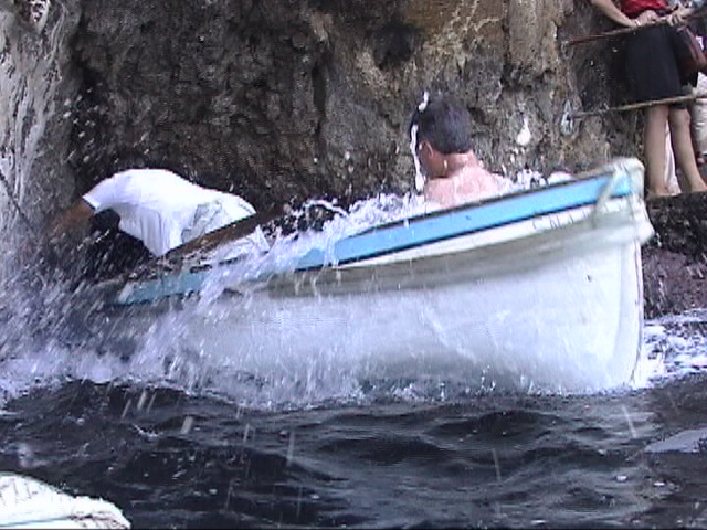 青の洞窟に潜入するとき水をかぶった船