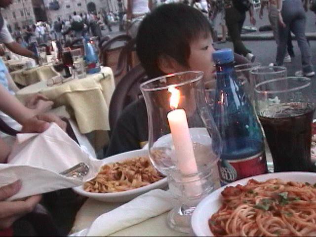 ナヴォーナ広場のレストランで食事をする