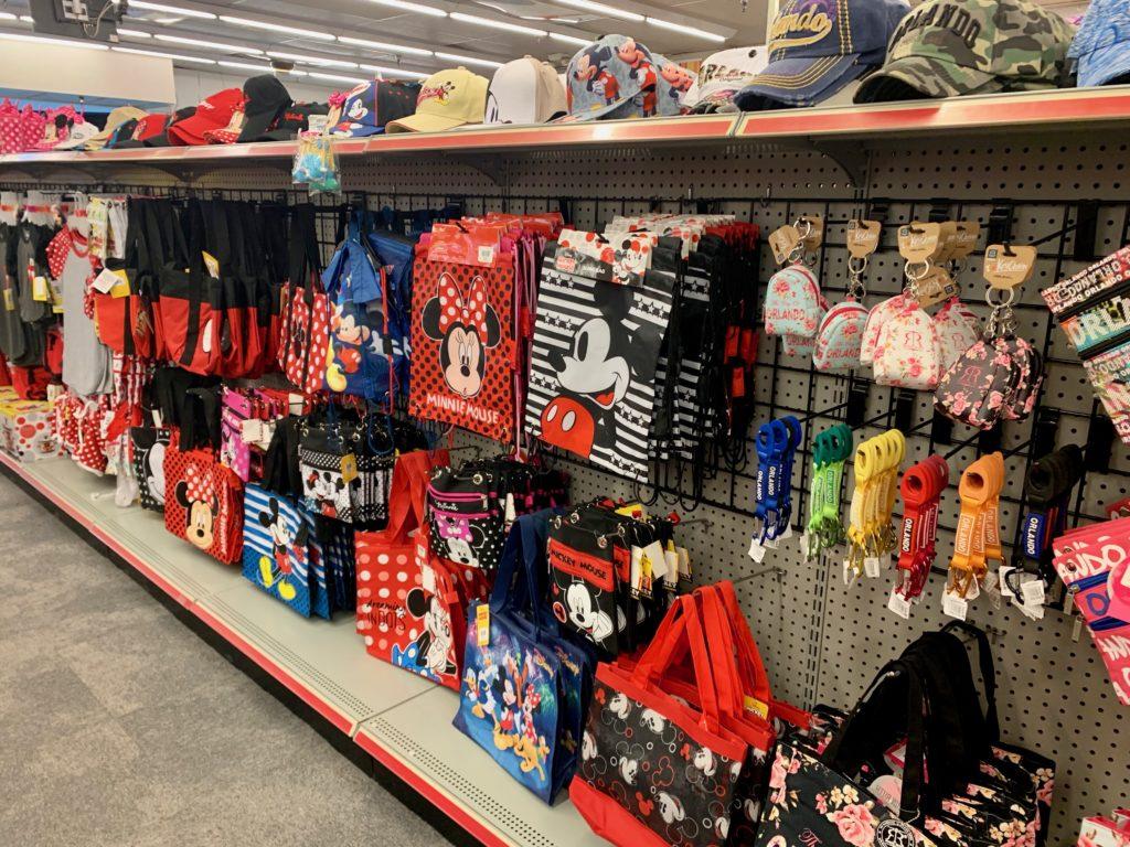 ディズニーキャラクターのバッグが並ぶ商品棚