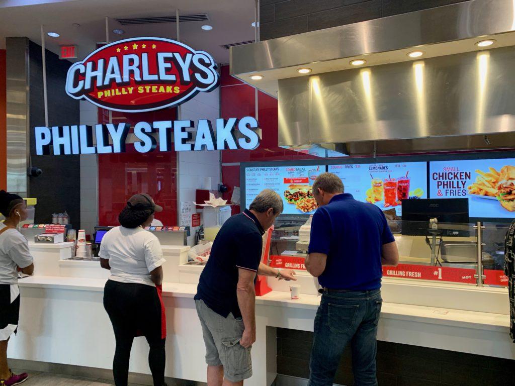 チャーリーズフィリーステーキで買い物をする人