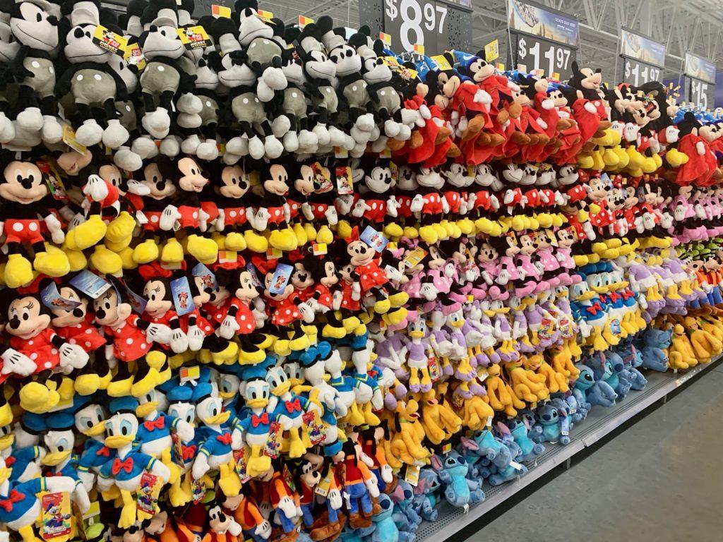 ウォルマートの商品棚に並んだミッキーマウスやドナルドダッグのぬいぐるみ