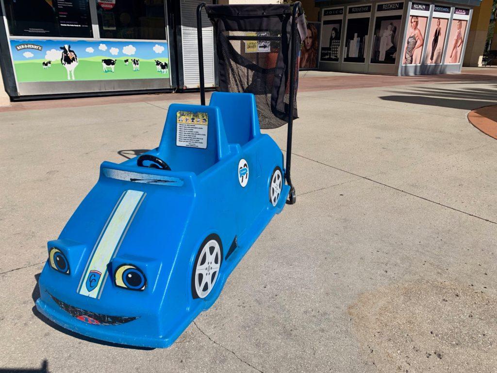 青いベビーカー。