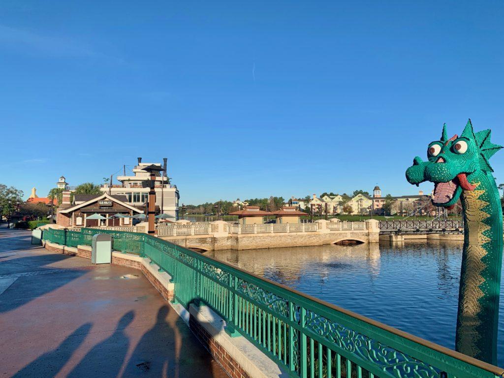 ディズニースプリングスの橋を渡る