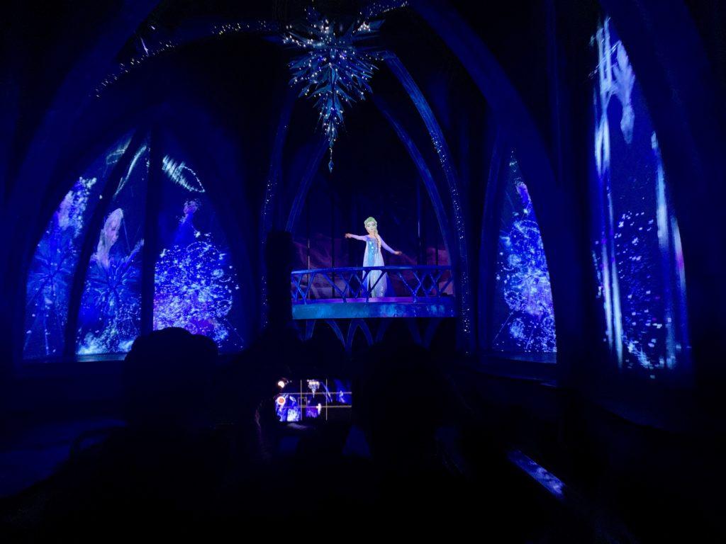 氷の城のバルコニーで歌うエルサ