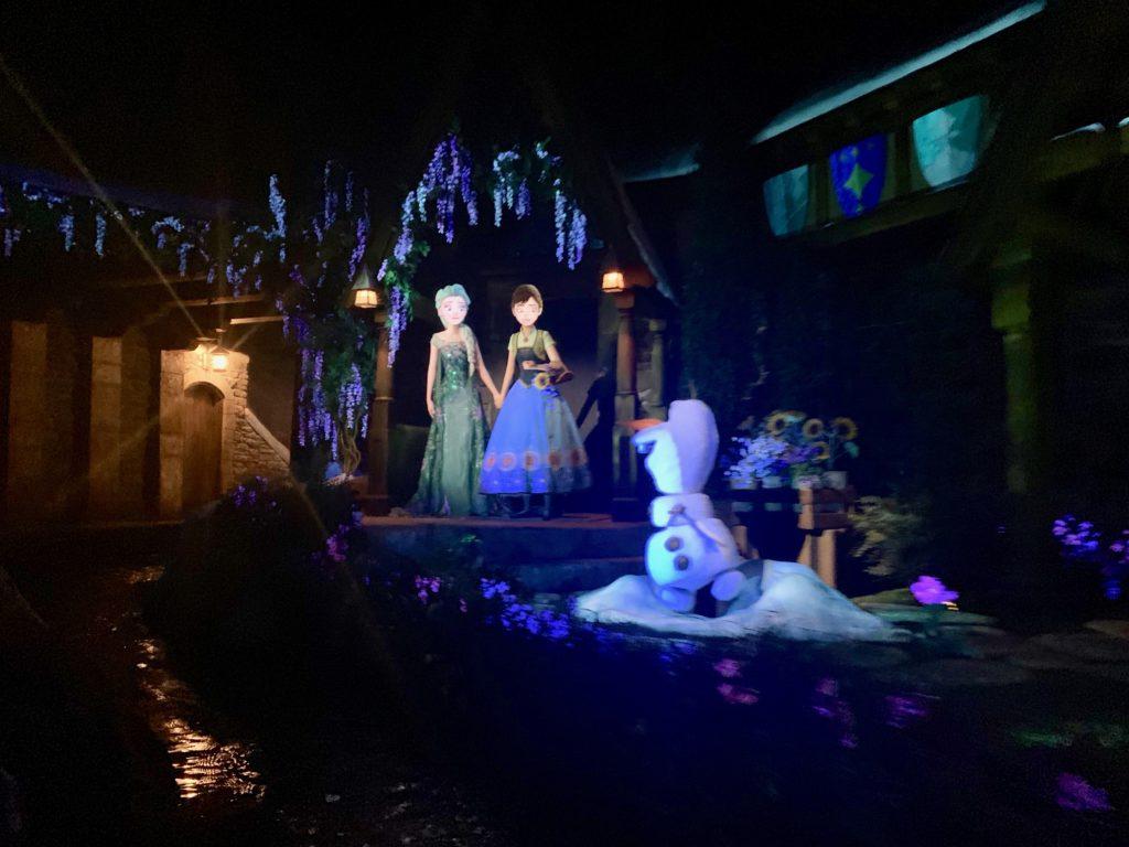 お城で歌うアナとエルサとオフス