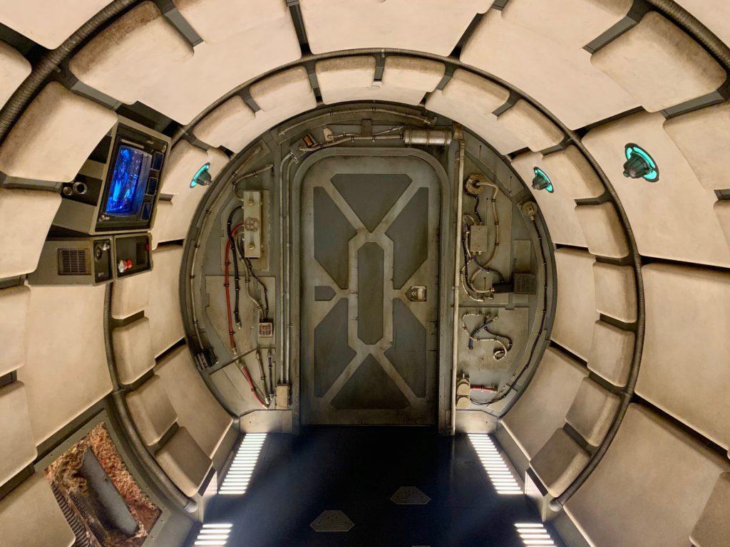 船内への入り口