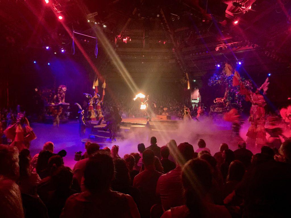 フェスティバルオブザライオンキングのステージでファイヤーダンスのパフォーマンスが行われている