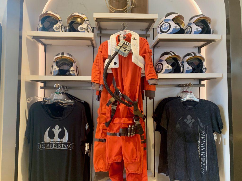 レジスタンス軍の戦闘服とヘルメット