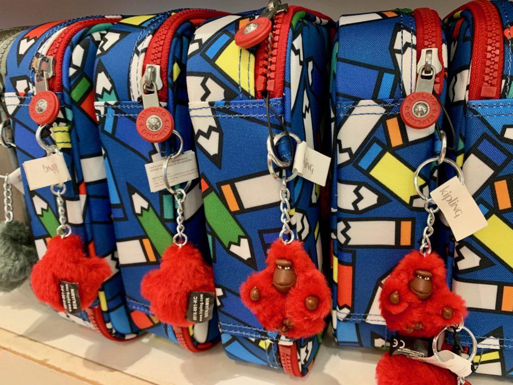 カラフルなバッグと赤いゴリラ