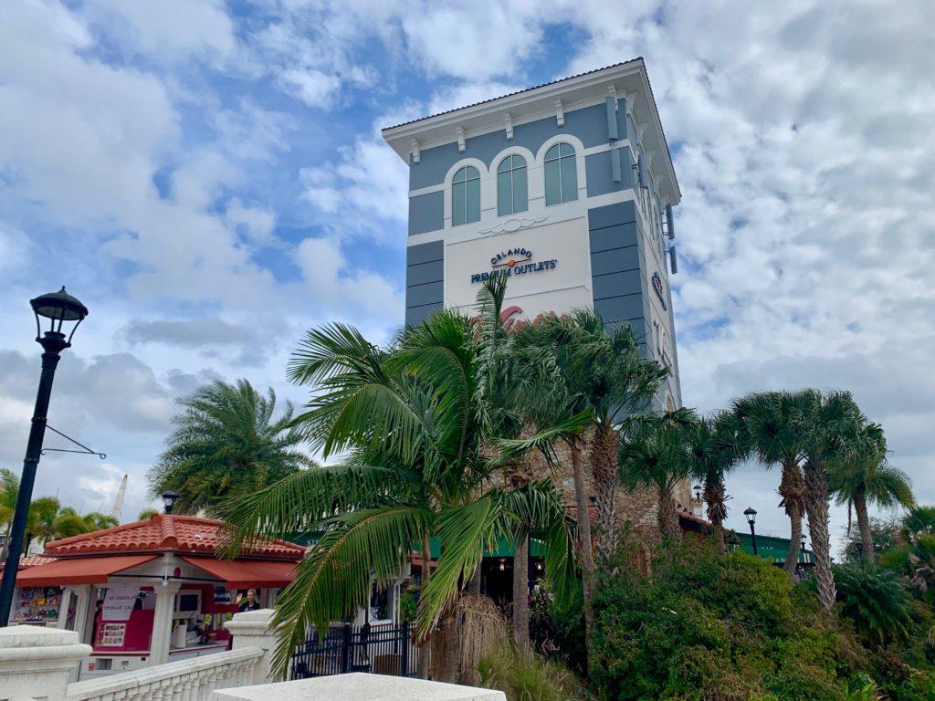 イタリアンレストランが入っている青い塔のような建物
