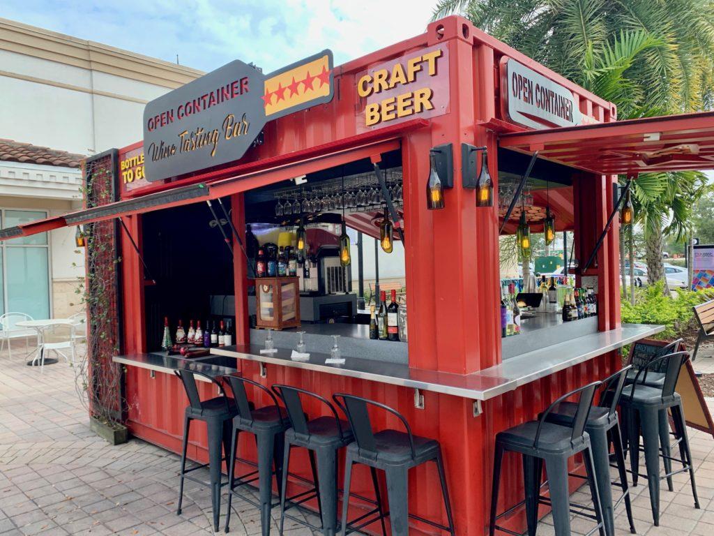 クラフトビールの赤いワゴンショップ屋台