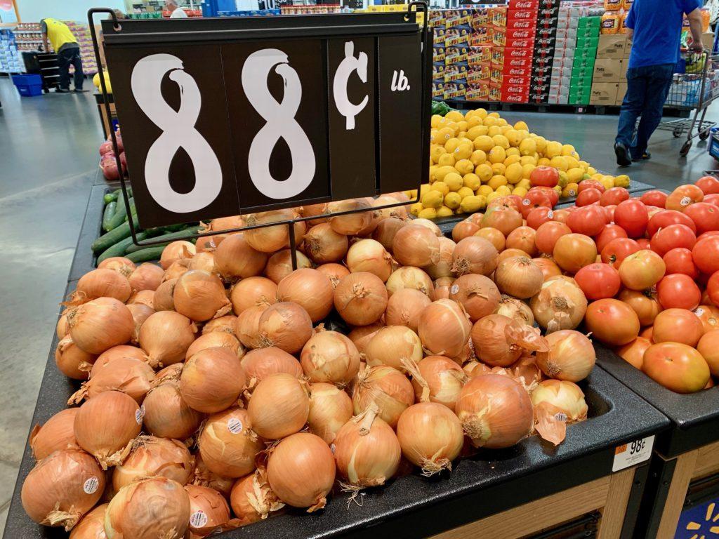 玉ねぎ、トマトなどの野菜コーナー