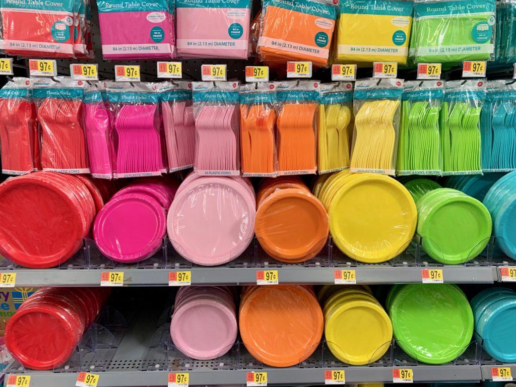 様々な色のな使い捨て食器