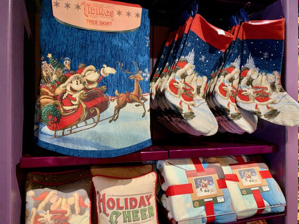 サンタがプレゼントを入れておくソックスとツリースカート