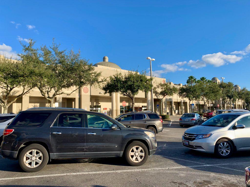 ショッピングモールの駐車場にとまっている車