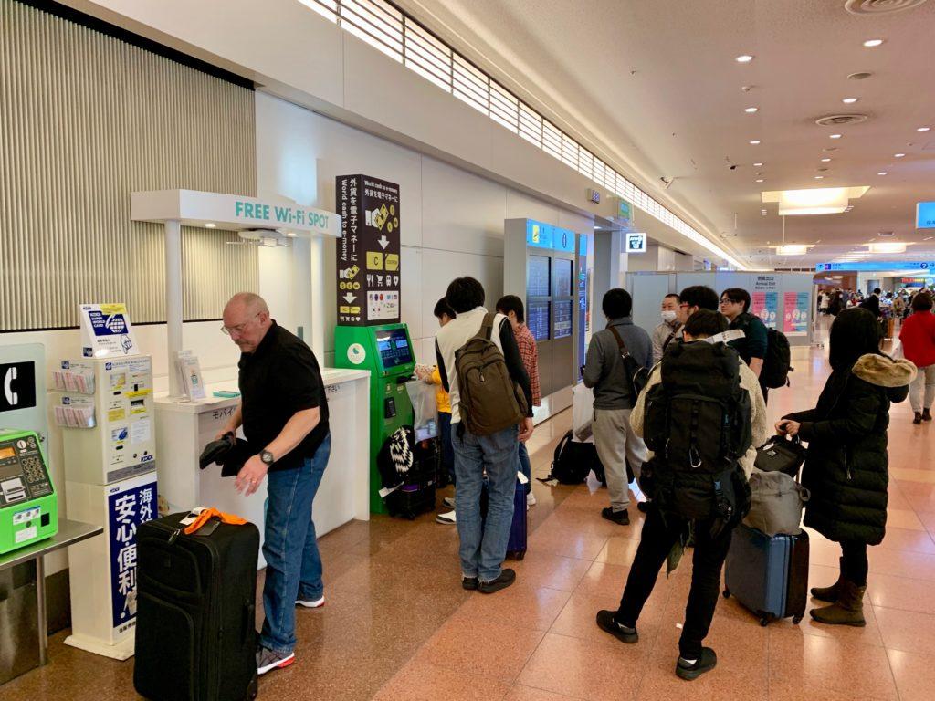 羽田空港第3ターミナル到着ロビーに設置されたポケットチェンジに並ぶ人