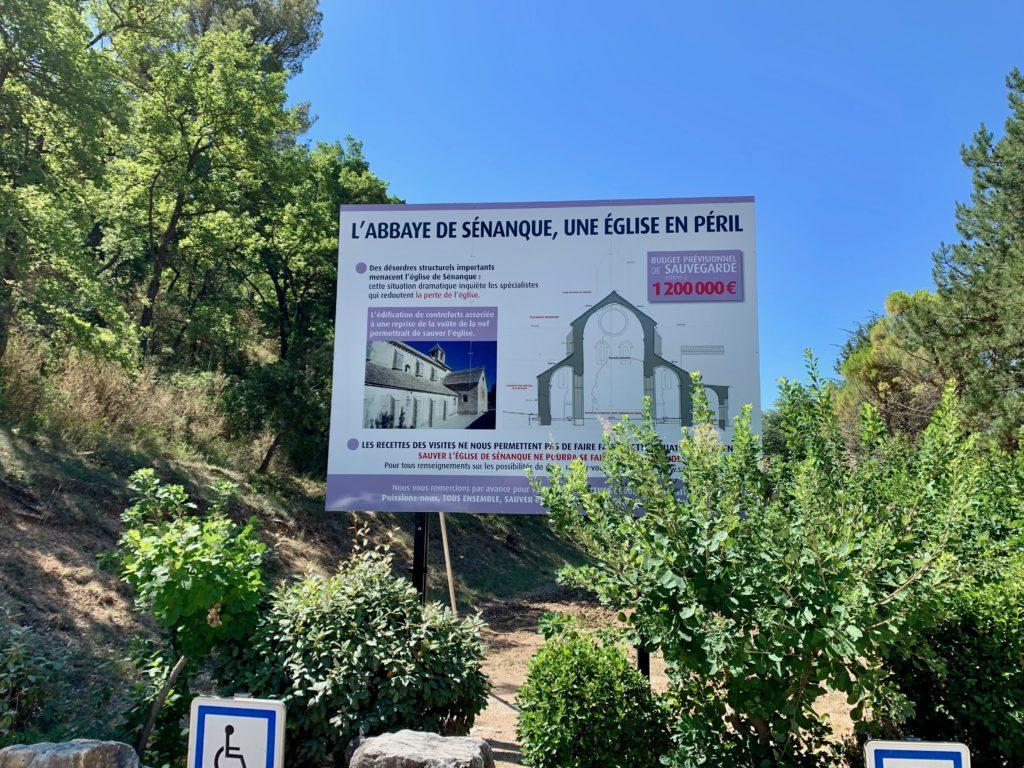 セナンク修道院の案内板