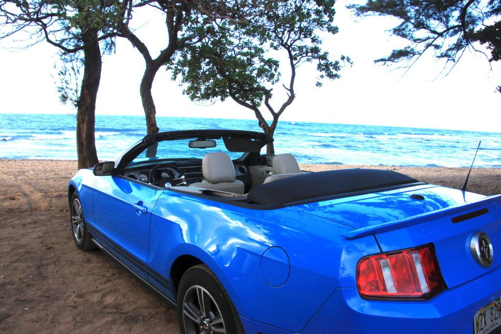 アナホラビーチとオープンカー