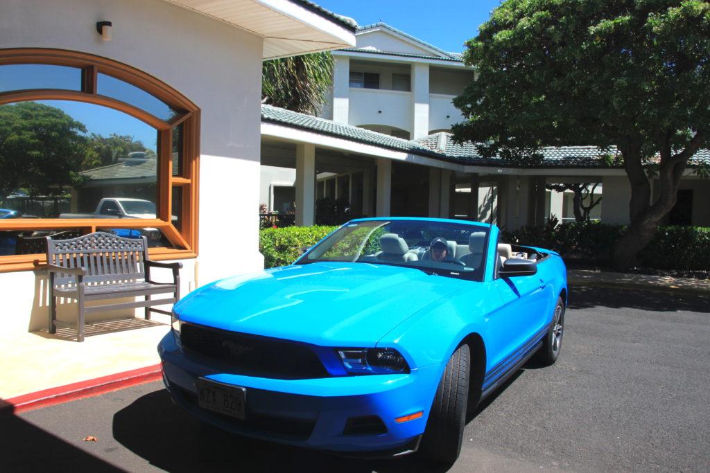 青いオープンカーのレンタカーに乗る次男