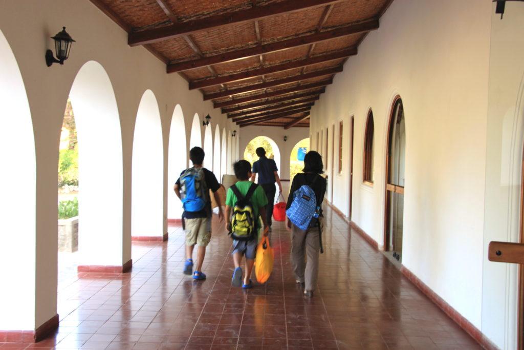 廊下を歩くママと子供たち