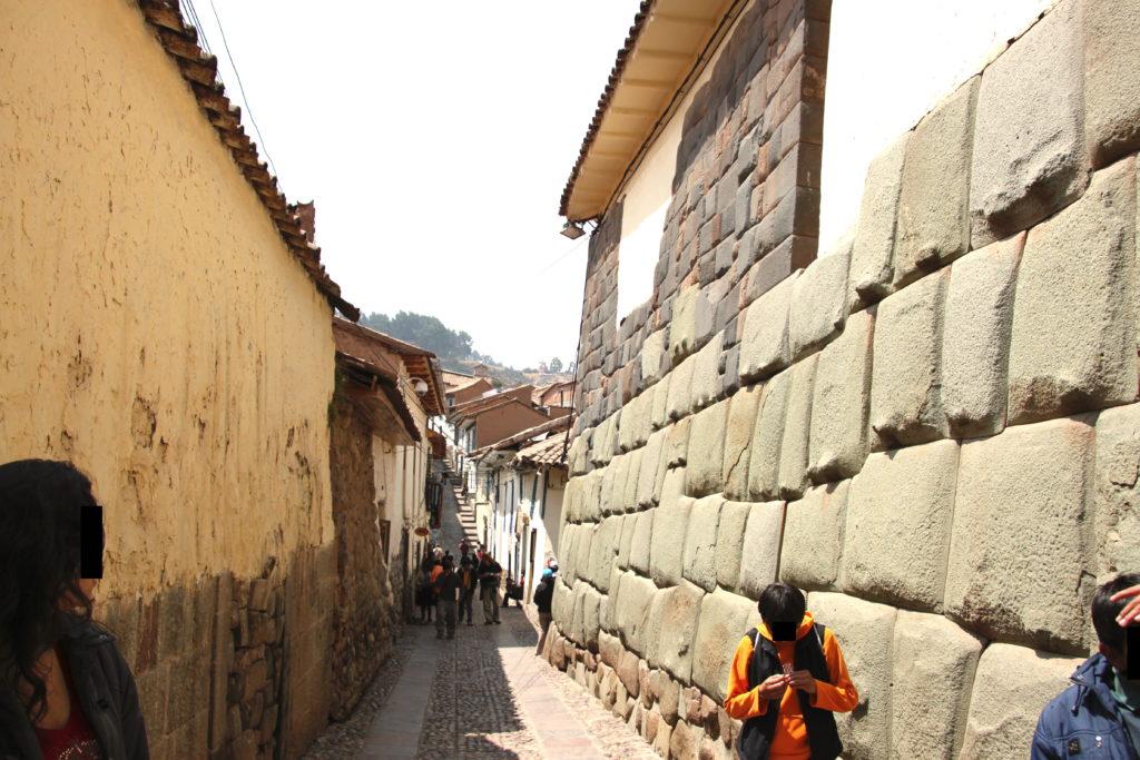 石壁が続くクスコの街並み