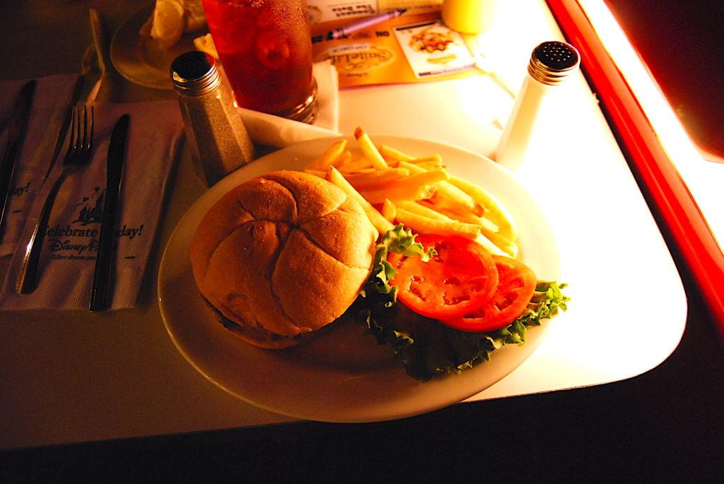 ハンバーガーとアイスティー