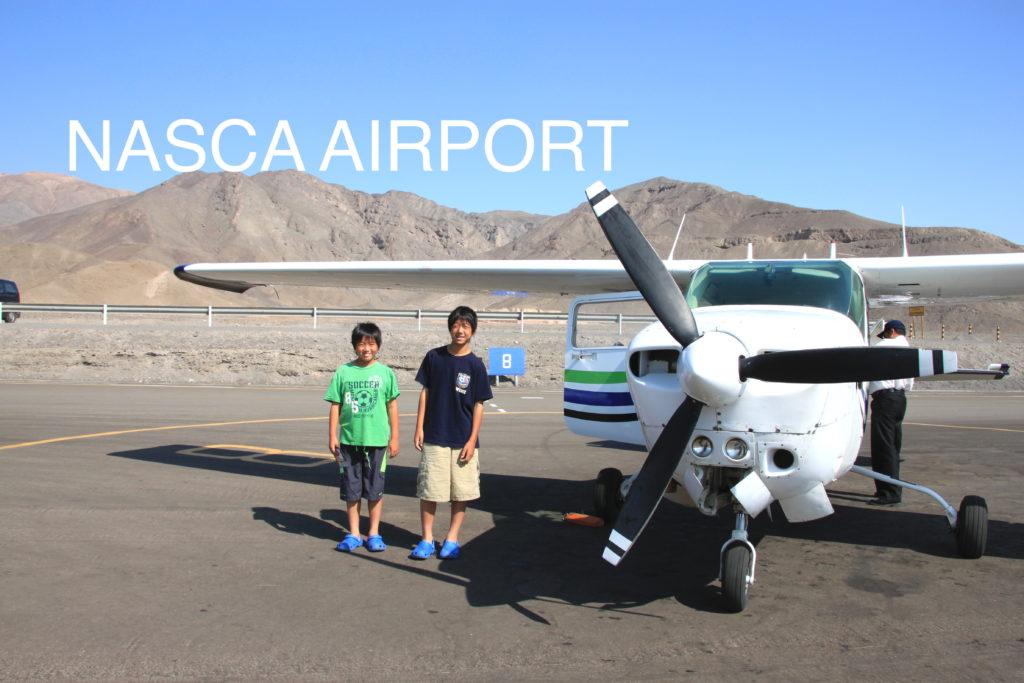 ナスカ空港の滑走路でセスナ機と一緒に子供達の記念写真