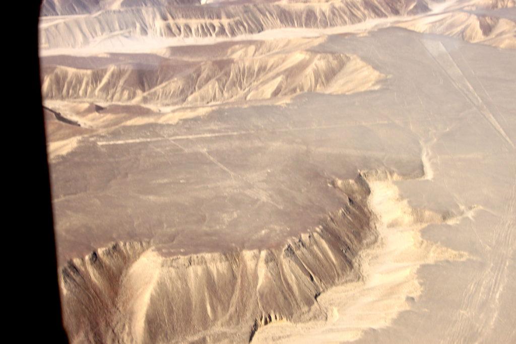ナスカ平原とハチドリの地上絵