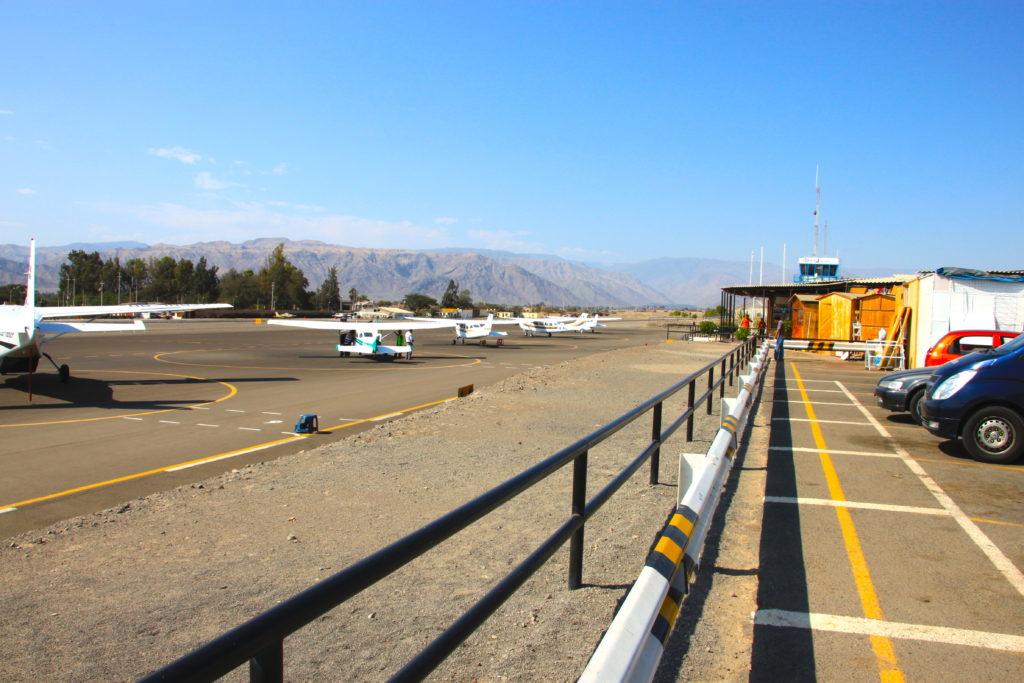 ナスカ空港の滑走路に待機するセスナ機