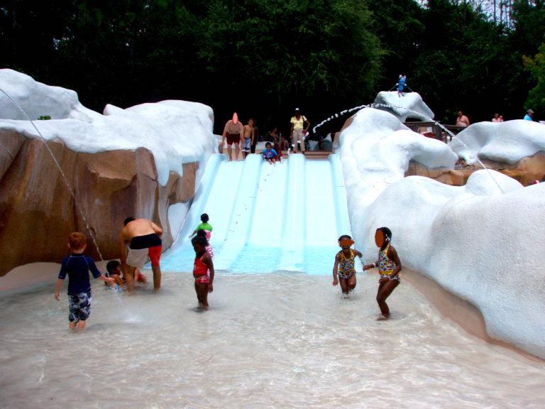 小さな子供向けのスライダーで遊ぶ子供たち
