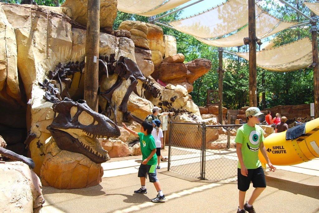 恐竜の化石に触れようと手を伸ばす次男