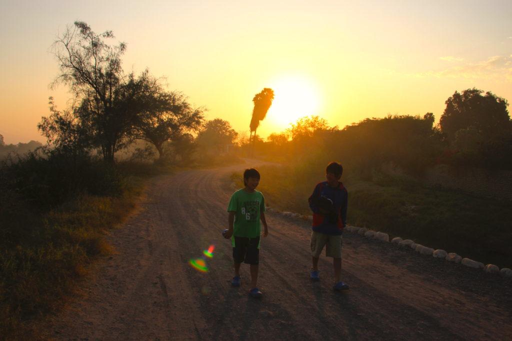夕焼けのナスカを歩く子供達