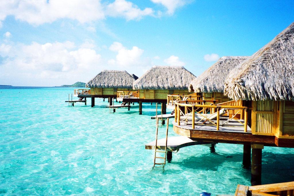 水上コテージのテラスとボラボラ島の海
