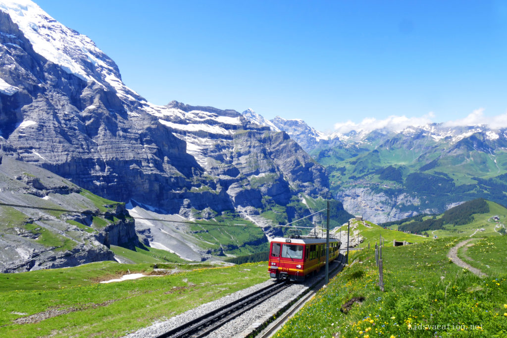 スイスアルプスを走る赤い電車