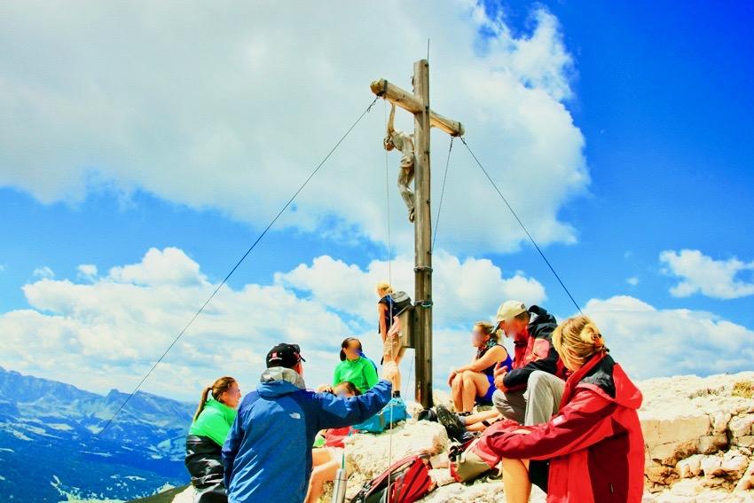 コルデラピエレス山頂でくつろぐ登山客たち