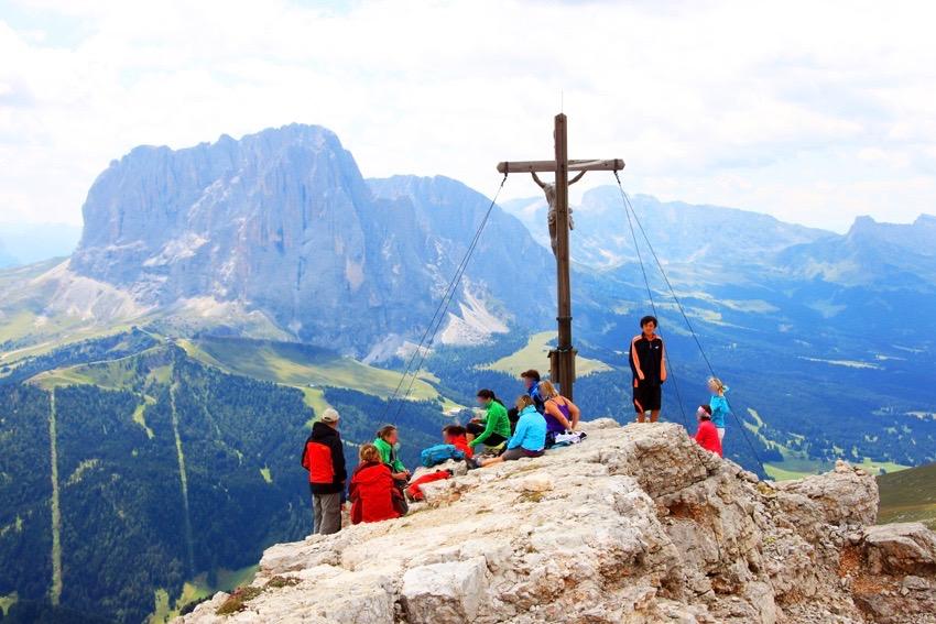 山頂でサッソルンゴを背景に次男の登頂記念写真