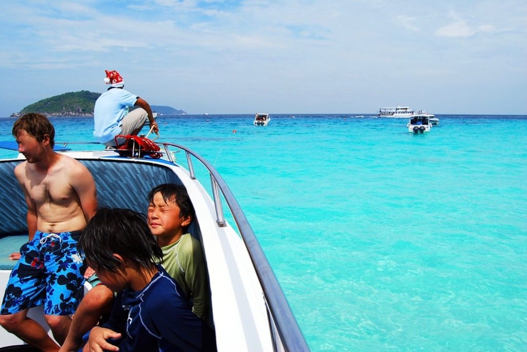 シュノーケリングが終わってボートで休む子供たち