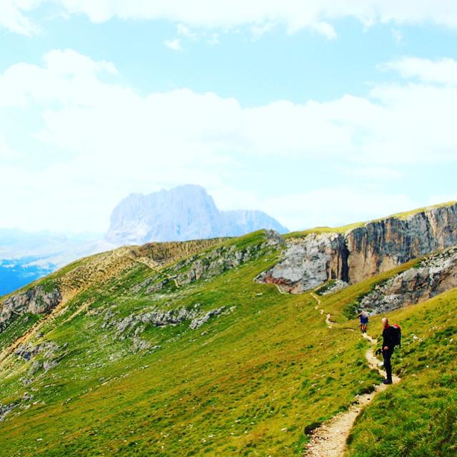 ドロミテで親子トレッキングする登山客