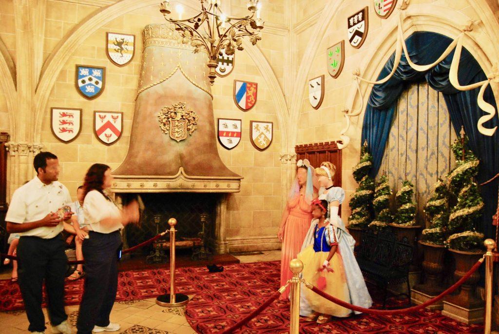 プリンセスと記念写真を撮るゲスト