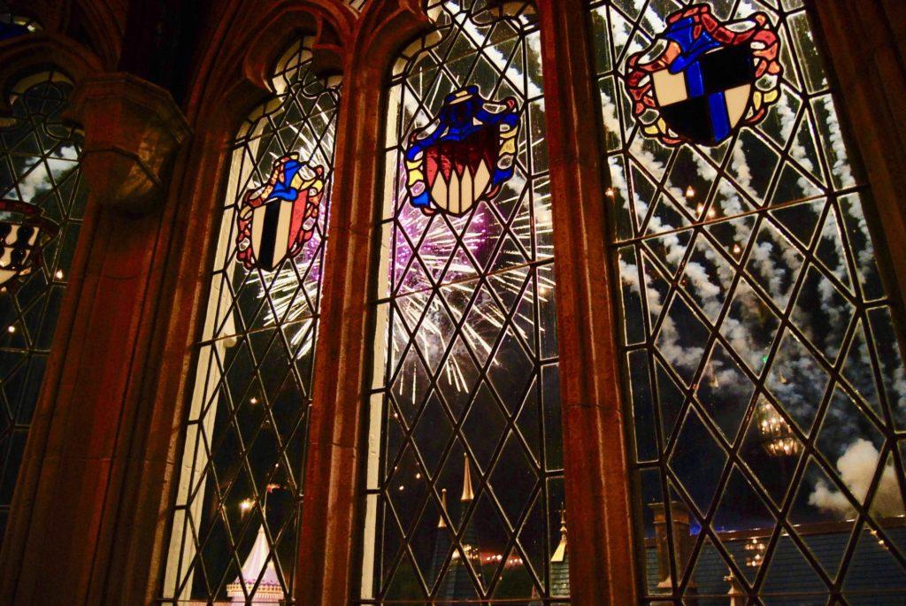 ステンドグラス越しに見えるマジックキングダムの花火
