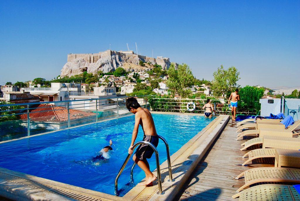 ギリシャにあるエレクトラパレスアネテホテルの屋上ルーフプールで遊ぶ子供たち