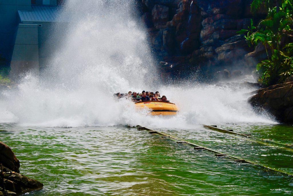 水しぶきを浴びるボートの乗客たち