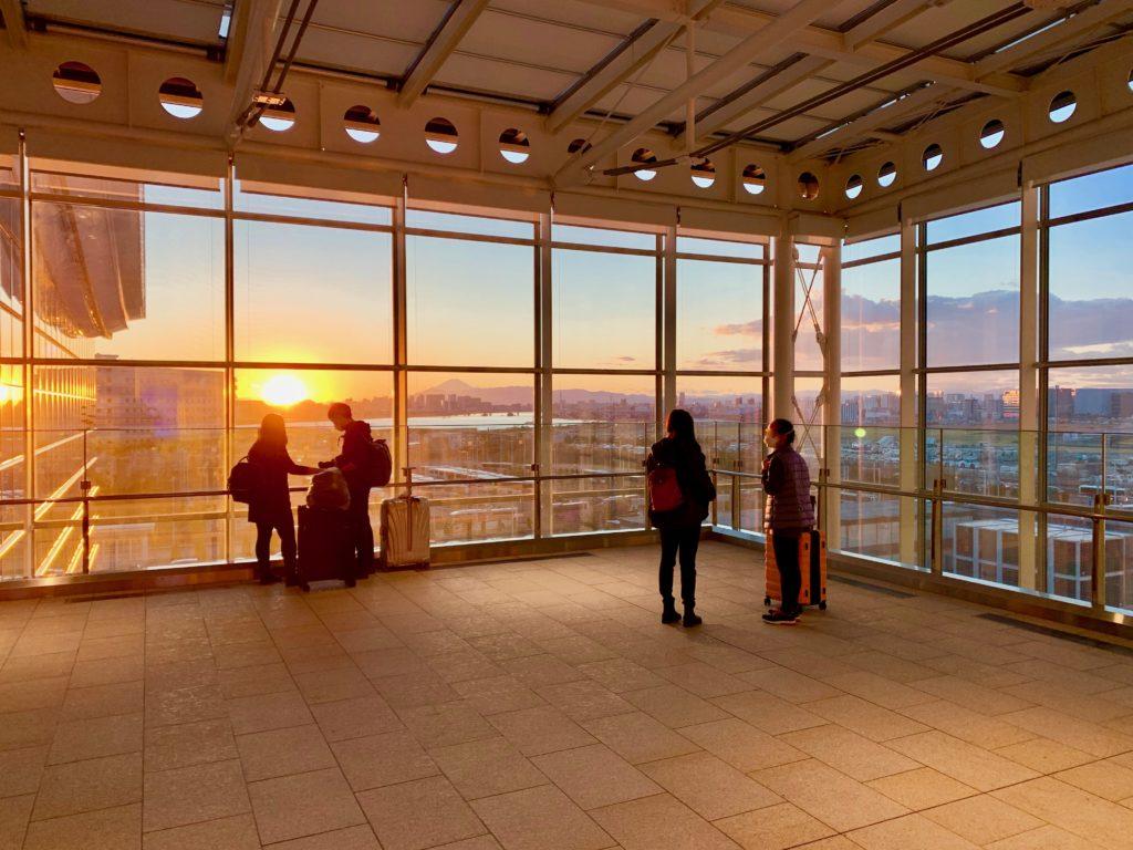 東京都心のビル街と多摩川と富士山に沈む夕日を眺める展望スペース