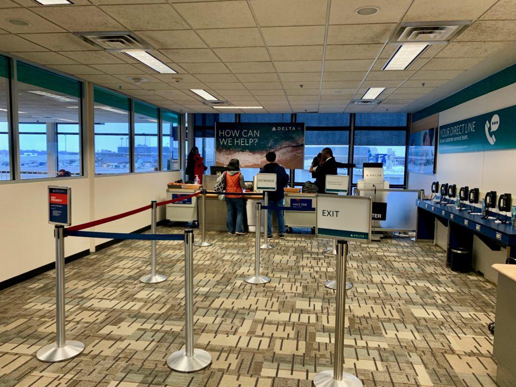 デルタ航空のサービスカウンターでスマホの紛失を相談する