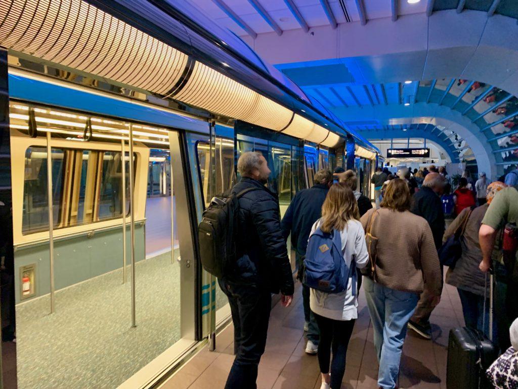 メインターミナルのい到着し降車する乗客たち