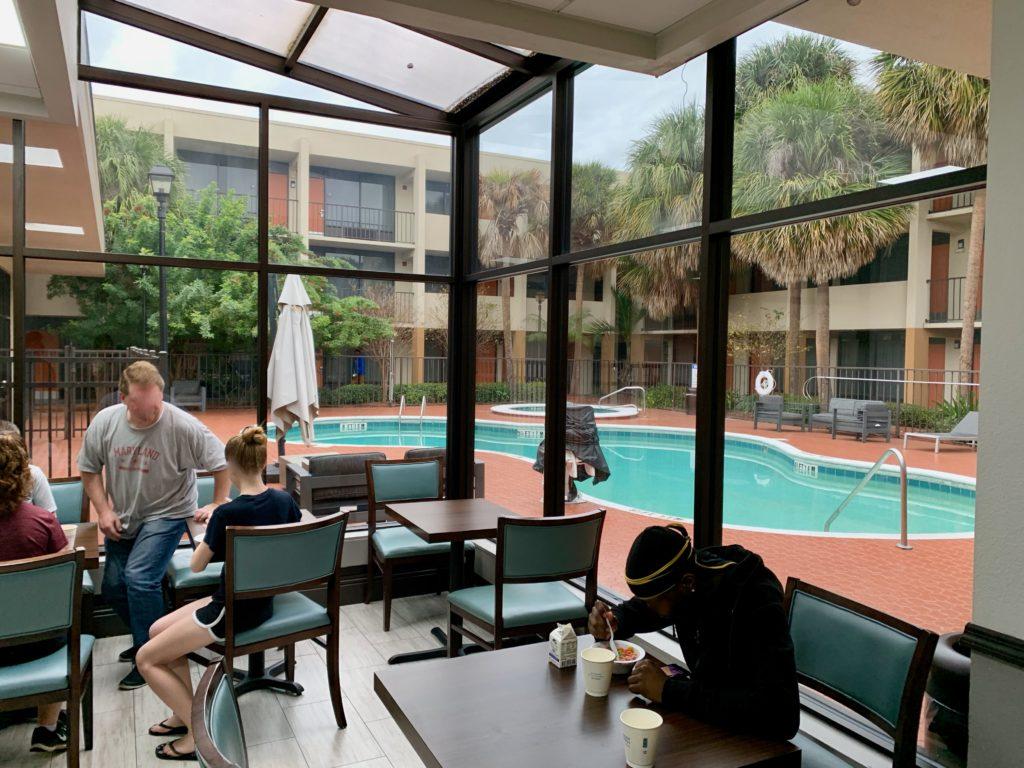 レストランから見える屋外プール
