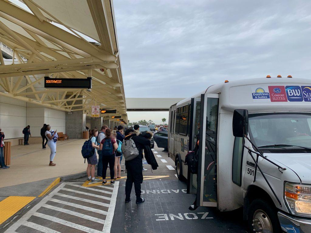 空港に到着して送迎バスを降りるゲストたち