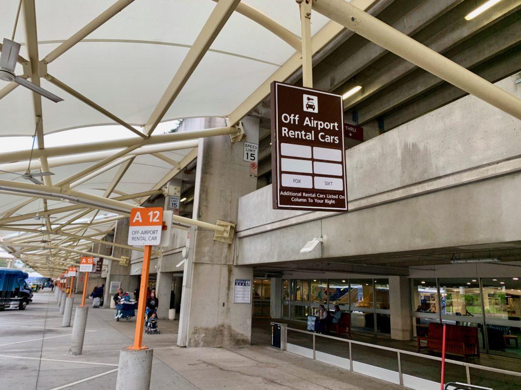 空港外レンタカー会社のバス乗り場